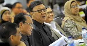 Menteri Dalam Negeri (Mendagri) Tjahjo Kumolo (tengah) didampingi Kepala LIPI Iskandar Zulkarnain (kedua kanan)  memaparkan program kerja Kementerian saat rapat dengar pendapat umum (RDPU) bersama Komite I Dewan Perwakilan Daerah (DPD) di Kompleks Parleme