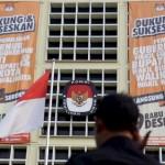 Spanduk minta dukungan dan ajakan menyukseskan Pilkada serentak pada 9 Desember mendatang terpasang di Kantor KPU, Jakarta. Pilkada serentak tahun ini akan diikuti 269 daerah, baik tingkat provinsi maupun kabupaten/kota.  (KOMPAS/HERU SRI KUMORO)