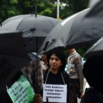 Istri almarhum Munir, Suciwati bersama Jaringan Solidaritas Korban untuk Keadilan mengikuti aksi diam Kamisan di depan Istana Merdeka, Jakarta, 21 Januari 2016. aksi Kamisan yang digelar untuk menuntut penyelesaian kasus HAM masa lalu, layaknya sebuah institusi pembelaan bagi korban HAM. TEMPO/Imam Sukamto