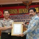 Jenderal Pol Tito Karnavian (kiri) memberikan penghargaan kepada Ketua SETARA Institute Hendardi dalam acara RAKERNIS HUMAS POLRI Tahun 2017 (15/3/2017) di Jakarta.
