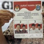 Percetakan Surat Suara Putaran Kedua Ketua KPU DKI Sumarno menunjukkan contoh surat suara untuk putaran kedua Pilkada DKI Jakarta di Cikarang, Jawa Barat, Kamis (23/3). Sekitar 7,2 juta surat suara akan di cetak sesuai daftar pemilih Sementara (DPS) yang di tentukan KPU DKI dan ditambah 2,5 persen sebagai cadangan. Foto: Rakhmawaty La'lang/Republika