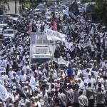 """Massa yang tergabung dalam Gerakan Nasional Pengawal Fatwa MUI (GNPF MUI) melakukan aksi """"long mars"""" menuju PN Jakarta Utara dari Masjid Istiqlal, Jakarta, Jumat (28/4). Foto: Hafidz Mubarak/ANTARA"""