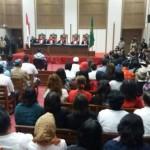 Suasana sidang ketika majelis hakim membacakan secara bergantian putusan terhadap Basuki Tjahaya Purnama dalam kasus penistaan agama di Pengadilan Jakarta Utara, hari Selasa 9/5. Foto: VOA/Fathiyah Wardah