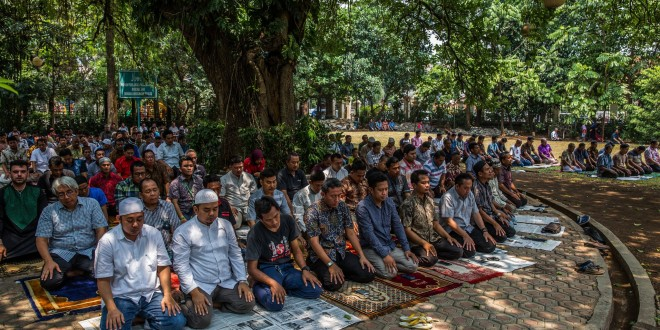 (English) Neighboring Indonesian Mosque, Church Foster Friendship Amid Religious Tensions
