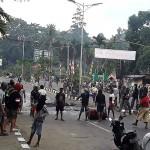 Warga pengunjuk rasa turun ke jalan dan berhadapan dengan aparat keamanan di Manokwari, Papua, Senin (19/8/2019). Aksi yang diwarnai kericuhan itu terjadi menyusul protes penangkapan mahasiswa Papua di sejumlah wilayah di Jawa Timur. (Foto: Kompas/AFP/STR)