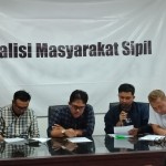 Kedua dari kanan, Peneliti HAM dan Sektor Keamanan, Ikhsan Yosarie tengah berbicara dalam konferensi pers Koalisis Masyarakat Sipil terkait wacana Rancangan Undang-Undang Keamanan dan Ketahanan Siber di Jakarta pada Minggu, (18/8/2019). Foto: SETARA Institute