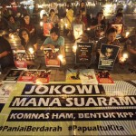 Illusive justice: Human rights activists hold a candle vigil at the Hotel Indonesia traffic circle, Jakarta in December, 2014 to remember the fatal shooting of four children who prepared a Christmas event in Paniai, Papua, 10 days before. They demanded that the Jokowi administration bring the perpetrators to justice. (JP/Wendra Ajistyatama)