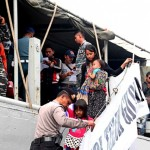 Back to square one: Fajar Nusantara Movement (Gafatar) members disembark the KRI Teluk Gilimanuk warship, that took them from Pontianak in West Kalimantan to the Tanjung Emas Port in Semarang, Central Java, on Monday. As many as 351 Gafatar followers, around half of them children and pregnant women, have been repatriated from Mempawah in West Kalimantan to Semarang. They are currently accommodated in the Donohudan Haj dormitory in Boyolali and will soon be returned to their home towns. (thejakartapost.com/Suherdjoko)