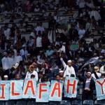 Sejumlah massa Hizbut Tahrir Indonesia membawa banner saat mengikuti puncak acara Muktamar Khilafah 2013 di Stadion Gelora Bung Karno, Jakarta, Minggu (2/6). Foto: TEMPO/Dian Triyuli Handoko.