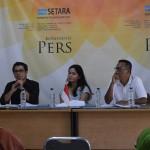 (Dari kiri ke kanan) Direktur Riset SETARA Institute Ismail Hasani, Peneliti Hukum dan Konstitusi Inggrit Ifani, dan Divisi Publikasi dan Partisipasi Publik Asfin Situmorang dalam Konferensi Pers SETARA Institute mengenai Laporan Kinerja Mahkamah Konstitusi Selama Agustus 2016-Agustus 2017 yang diselenggarakan pada hari Minggu (20/8/2017), di Kebayoran Baru, Jakarta Selatan. Foto: SETARA Institute