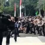 Viral polisi diduga injak mahasiswa/ist. Gambar: okezone.com